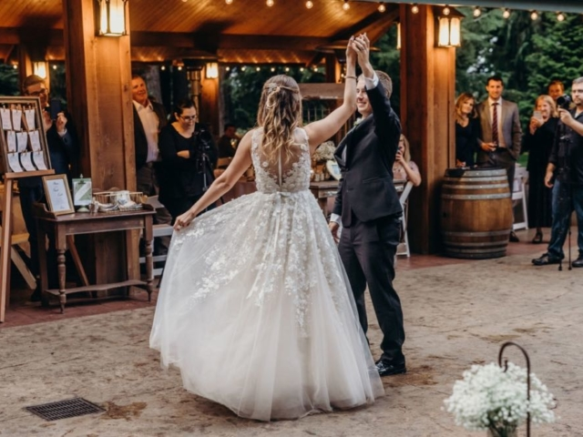 breanna-alex-wedding-evergreen-gardens-bellingham-first-dance